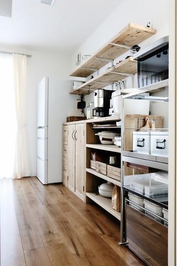 ラックやボックスの組み合わせでも好みや使い勝手に合わせられるのでおすすめです。温もり感のある木のキッチンボードと無機質なスチールラックの組み合わせが絶妙。 キッチン雑貨や家電のシルバーがアクセントになっています。
