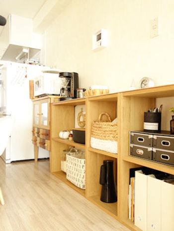 キッチンダイニング一体型のお家では、ボックスを利用すれば家電置き場からリビング収納までの流れをきれいに作れますよ。