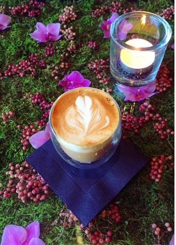併設のカフェでは、オシャレに息づく季節の花や植物たちとお茶できます*