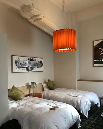 客室はクラシカルな中にも現代のアートを取り入れ、とってもお洒落な雰囲気。カフェやレストランの他に、シェアキッチンやラウンジなど、宿泊者同士が交流できるスペースもいっぱいです。