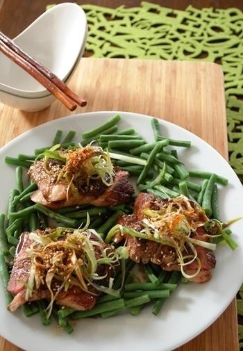 お肉を焼いた時の旨味たっぷりの肉汁に、ポン酢とわさびを加えた和風ソースのステーキおつまみ。お肉だけでなく、インゲンやねぎをたっぷり使っているので、お野菜もしっかり摂れますね。見た目にも華やかでおもてなしにも◎