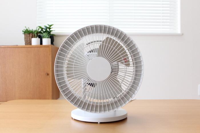 とってもシンプルなサーキュレーター。 フラットなデザインがまたオシャレで、どんなインテリアにも馴染んでくれそう♪ サーキュレーターとしてだけでなく、夏場は扇風機としても使うことができるので、一年中大活躍してくれます。
