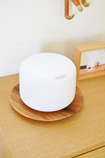 シンプルで優しい丸みの、アロマディフューザー。 ライトがつくので、照明としても使える優れものです。