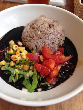 こちらは「くろカレー」。鶏と豚肉のだしを使った甘口のカレーです。ごはんを白米から薬飯に替えることもできるんですよ。コクのあるカレーと新鮮野菜の組み合わせは、女性に人気なのもうなずけます。