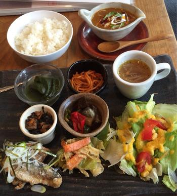 ランチタイム限定の日替わりプレートは、いろいろなものを少しずつ食べたい方におすすめ。揚げたお魚やサラダ、ひじき、スープなどがいただけます。大きなプレートに彩りよく盛り付けられていて、目でも楽しめますね。  ミニカレーを追加して、ちょっと贅沢にいただく女性も多いんだとか。おなかいっぱい食べても野菜が多めでヘルシーなので、胃もたれの心配をせずに午後の仕事もがんばれそう。