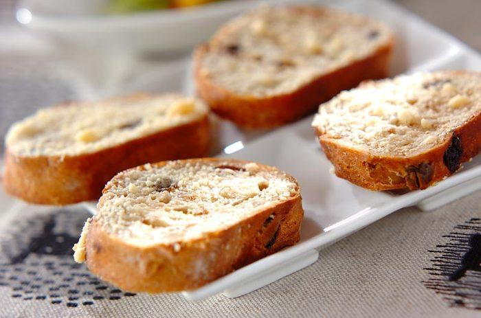 こちらはクルミパンで作るチーズ風味のラスク♪クルミパン、粉チーズ、オリーブオイルさえあればできちゃいます!ワインにぴったりのおしゃれなおつまみのできあがり。