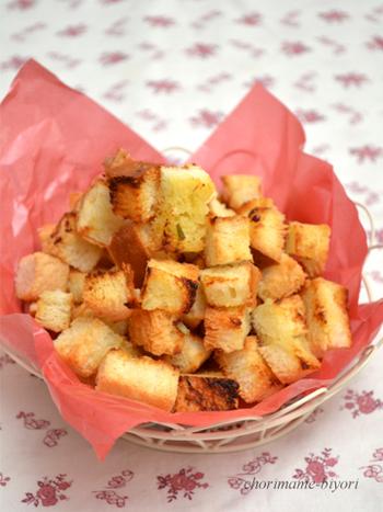 こちらは鶏肉をオイルで煮る料理「コンフィ」でできる「コンフィオイル」を使ったラスクのレシピです!コンフィ料理の応用編としても◎後は食パンと塩さえあればOK。食べる手が止まらなくなりそうなおつまみラスクですね♪