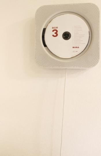 再生専用の壁掛式CDプレーヤーには、無駄のないスタイリッシュさが。 紐を引っ張るとスイッチが入って音楽がスタート。 ラジオを聴くこともできますよ。