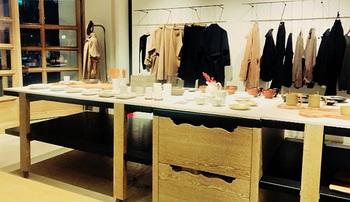 BLOOM & BRANCH AOYAMAの店内。日常のうつわから服まで、選び抜かれたアイテムが。