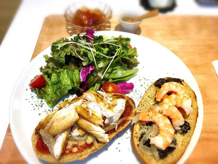 レストランの野菜は、茨城県日立市に設けた「ひたちの森農園」から直送されたもの。旬の野菜のおいしさを味わえるのも、産直だからこそ。自家製のハーブパンに海老やスモークチキンなどがトッピングされたオープンサンドは、あっさりしていながらも黒ゴマペーストのコクが感じられるなど、細かいところまでこだわっていることが伝わるおいしさです。