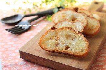 フランスパンを使ったお手軽レシピ。味付けにシュガーだけじゃ物足りない、という人におすすめです。シンプルだけど香りはリッチ♪シナモンやメープルパウダーなどをストックしておけば、簡単にお好みのフレーバーにアレンジすることができますよ。
