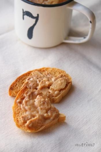 バターや生クリームのリッチな材料に、アーモンドスライスもプラス。とっておきのおやつに食べたいフレーバーですね♪保存しておく時には湿気てしまわないようにしっかり密封しましょう。