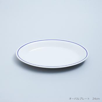 こちらはSaturniaの「 ROMA BLUE LINE(ローマブルーライン)」。昔からイタリアで愛用されてきた、地中海の青い海を思わせるブルーのラインが素敵なオーバルプレート。モーニングプレートとして使用すれば食卓を明るくさわやかな雰囲気にしてくれたり、料理にアクセントが欲しい時にも活躍してくれたり、シンプルな青のラインのプレートはあれこれ重宝しそう。