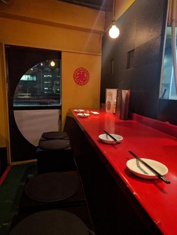 一歩足を踏み入れると熱気が伝わってくる店内。真っ赤なテーブルに黒い椅子…異国情緒あふれる店内は、まるで海外を訪れたよう。