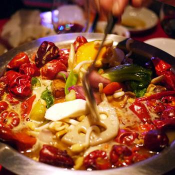 こちらは汁ありの「麻辣香鍋湯」。汁なしと同じようにオーダーします。運ばれてくると、唐辛子の香りが隣のテーブルに広がるほど。辛いスープで汗をいっぱいかけば体の中からキレイになれそうですね。単に辛いだけでなく具材の旨みも感じられるので、最後までおいしくいただけるのが魅力。辛いものがあまり得意でない方は「微辛」がおすすめですよ。