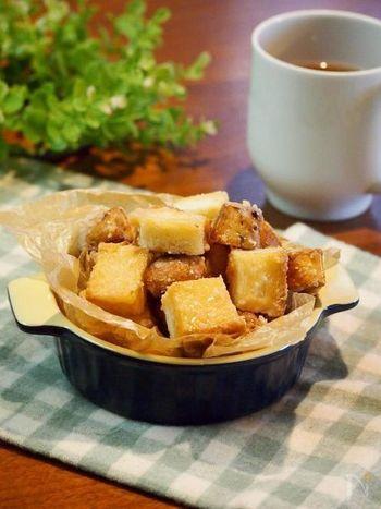 こちらは材料3つの簡単ラスクレシピ。パンを焼いたら、砂糖と牛乳で作るキャラメルに絡ませるだけです!冷凍パンでも作れるので、おやつに何もない!なんて時には思い出してみてくださいね。