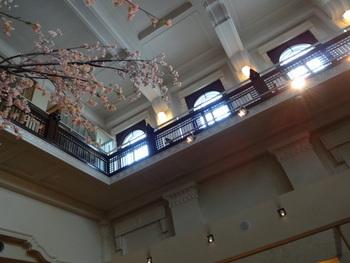 建物の中は、歴史的建造物ならではのどっしりとした雰囲気。高い天井が開放的な空間を作り出しています。