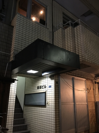 本格的な薬膳四川料理が味わえると噂の「中村 玄」。お店は恵比寿駅から歩いて10分ほどの住宅街にあるビルの2階にあります。看板が一切出ていないので、初めての方は注意しないと通り過ぎてしまうかも。