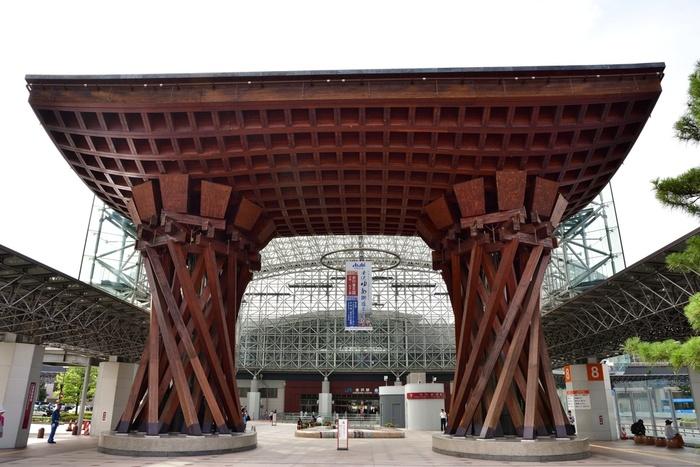 世界で最も美しい駅14選に選ばれた、金沢駅。駅のシンボルとなっているのが、金沢の伝統芸能である「加賀宝生(かがほうしょう)」の鼓をイメージした「鼓門(つづみもん)」です。門をくぐると「観光客が雨に濡れないように」と、おもてなしの心を表わす「もてなしドーム」が広がります。