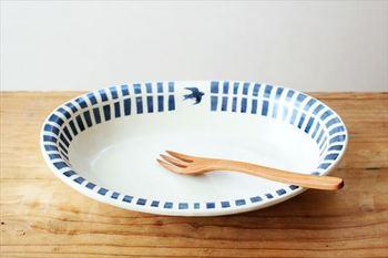 どんな料理もおうちカフェ風にしてくれそうな、北欧テキスタイル風のブルーラインツバメオーバル鉢。