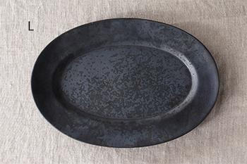 ひとつの窯という意味の磁器ブランド「ONE KILN」の「Ash」シリーズは、鹿児島のシンボルである桜島の灰を配合し、刷毛で手塗りした釉薬がクールな印象を醸し出すオーバルプレート。メタリックな輝きが加わり、和洋の料理やスイーツを引き立ててくれそう。
