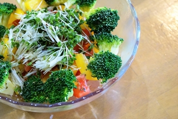 冷えや肩こりを改善するには、血液がスムーズに循環するようサラサラの状態にすることが大切。ブロッコリーは血液を綺麗にしてくれる野菜のひとつですが、ブロッコリースプラウトはさらに抗酸化力が高い注目の食材です。サラダなどで一緒に摂ると良さそうですね。