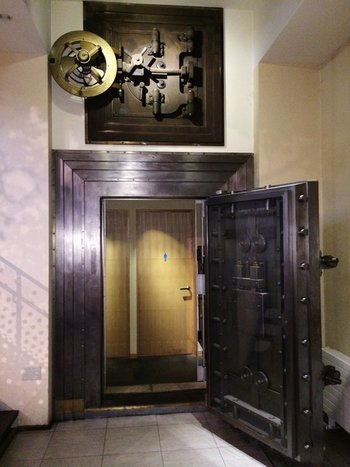 銀行だったころに使われていた金庫は、なんとトイレの入口に!時を経てもなお当時の趣が至るところに潜み、歴史を肌で感じられる場所へと変化を遂げています。