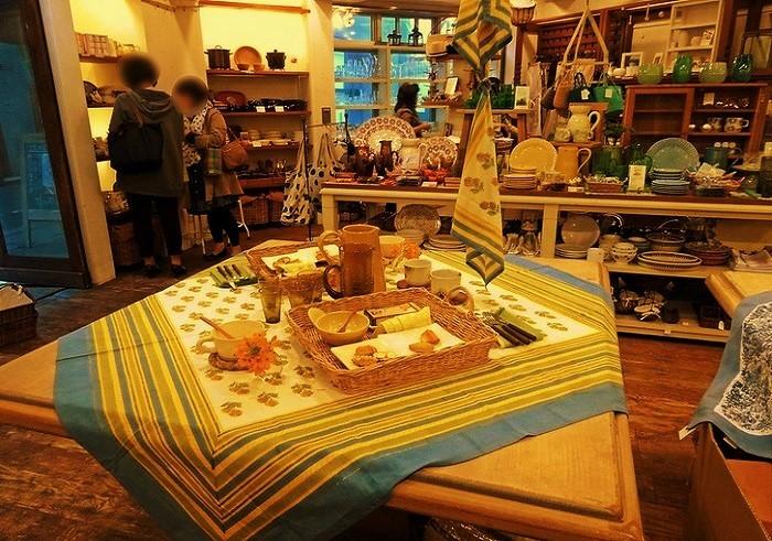 「美味しい食卓・ここちよい暮らし」をテーマに、うつわやグラス、鍋や調理道具など、国内外の優秀アイテムたちが集められています。画像のクロスはフランス人デザイナーとインド・ジャイプールの木版染め職人とのコラボで、お店のオリジナル。