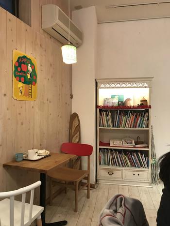 店内には絵本がたくさん!子供も大人もワクワクできる空間が広がっています。お店のところどころに登場する、店名にもなっているキィニョン(パンのはじっこ)というキュートな小人のキャラクターが、メルヘンな世界観を盛り上げてくれます。