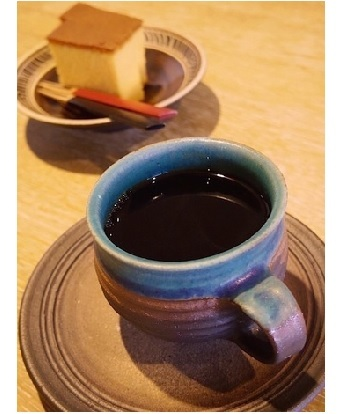 コーヒーのお供は大納言羊羹やカステラなど「HIGASHIYA」の和菓子☆ 春から初秋までは『ミックスベリーとレアチーズヨーグルト』『フレッシュキュウイとヨーグルト練乳』などの個性的なかき氷メニューも登場します。