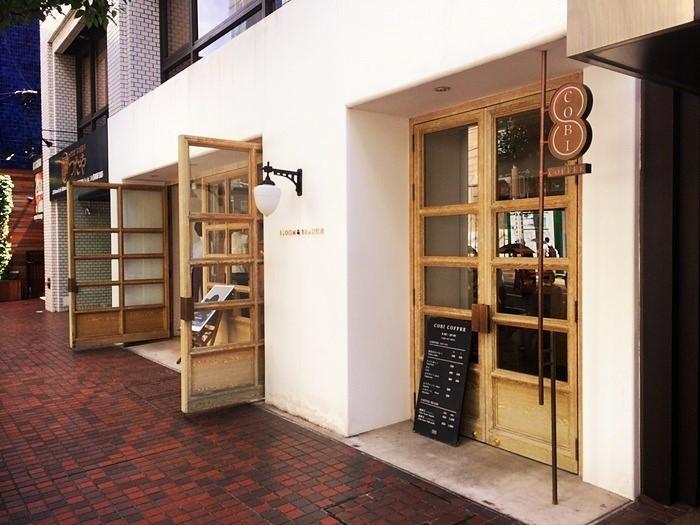 骨董通り沿い。セレクトショップ「 BLOOM & BRANCH AOYAMA(ブルーム&ブランチ 青山)」にカフェ「COBI COFFEE AOYAMA(コビ コーヒー アオヤマ )」を併設しています。
