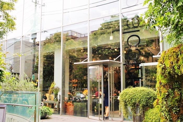 「Madu青山」から歩いて数分の距離に、デンマーク出身のフラワーデザイナー・ニコライバーグマンのフラグシップ店が。