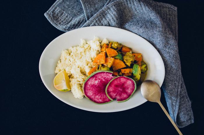 鮮やかなカラーの食材をより引き立ててくれるのは、シンプルなオーバルプレートならでは。ホワイトのオーバルプレートに盛りつけるだけでより食欲をそそり、食卓の会話が弾みそうですね。