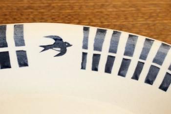 可愛らしいツバメのワンポイントが食卓を明るく、あたたかな雰囲気にしてくれそう。ひとつひとつ手づくりなので、色合いや形、大きさ、厚みなどに個体差があるのもまた魅力的です。