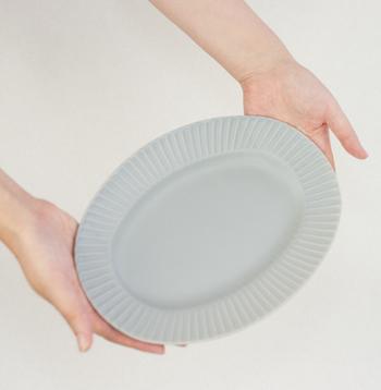 シンプルなグレーとストライプ模様が、料理を引き立ててくれるSAKUZAN(作山窯)の、Stripeシリーズ。和洋どちらの料理にも似合うグレーのオーバルプレートは、職人の方がひとつひとつ手作業で作っているので、仕上がりも個性的で味わい深い、長く愛用したくなるプレートです。