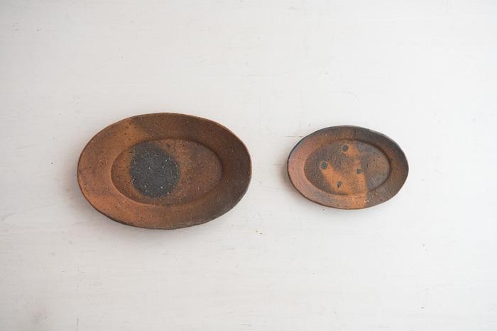 サイズも2種類あり、小は直径5cm×高さ約1.8cm×深さ1.5cm。大は直径21cm×高さ約2.7cm×深さ2.5cm。取り皿にむいている小、森皿として活躍してくれる大、一緒にテーブルに並べるとより食卓が魅力的になりそう。