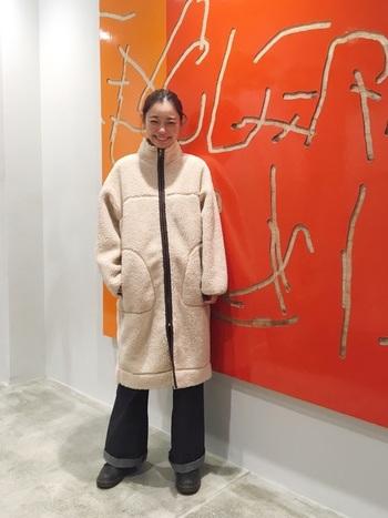 人気のボアタイプのフリースジップコートは、軽くてあたたか、着心地の良さも抜群。きっちり前をとめてコートの形をいかした着こなしに。