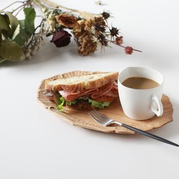 温もりを感じる木のオーバルプレートは、ドリンクと料理を一緒に乗せても絵になります。いつもの朝食がまるでカフェで食べているかのよう。より美味しく感じられるかも。