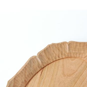 細部まで丁寧に作られているチェリーのオーバルプレートは、経年劣化もまた魅力的。パン皿として使用したり、チョコレートなどのお菓子をのせたり、おうちカフェを手軽に楽しめそう。