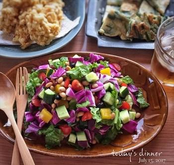 1つの料理を盛りつけて、取り分けても◎。カラーのオーバルプレートはテーブルに出すだけで、食卓全体を華やかに盛り上げてくれて◎。
