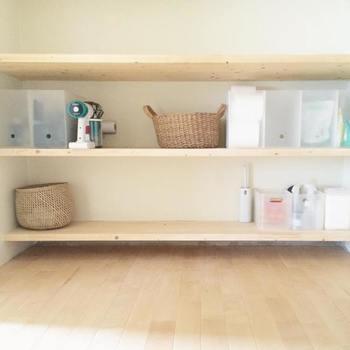 """こちらは洗面室に設置されている収納棚です。一つ一つの物が見やすくて、とても使い勝手が良さそうですね。棚の収納で心がけているのは、「物でいっぱいにしない」ことだそうです。""""いい棚は余裕があって、新しいものを受け付けられる棚、見やすくて取り出しやすい、淀まずに流れのある棚""""。シンプルで快適な空間づくりには、収納スペースに程よい""""余白""""を作ることも大切なポイントです。"""