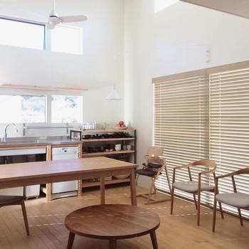 オイル塗装の家具は使っているうちに、だんだん艶がなくなり表面が乾燥してきますよね。家具を長く綺麗に使い続けるためには、定期的な「オイルメンテナンス」が必要です。メンテナンスといってもオイルを塗るだけなので、簡単にお手入れできるそうです。定期的なメンテナンスを続けることで、家具の表面保護が保たれ、木そのものの質感や風合いも増します。