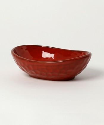 外国製でありながら、まるで日本の漆塗りのような美しい赤色の陶器は、和食にもしっかりと合いそう。色合いの美しさだけでなく、ひとつひとつ職人の方の手作業によりつけられた側面の凹凸も味わい深く、これだけで絵になりそう。
