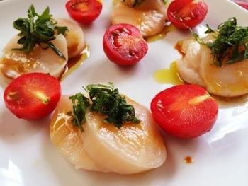 カルパッチョと聞くとイタリアンのイメージがありますが、ソースには醤油とわさび、トッピングに大葉を使うことで和風に早変わりです。具材をお皿に盛ってソースをかけるだけなので簡単。日本酒でしっぽり飲みにオススメのおつまみですよ。