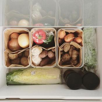 上から見て何が入っているのか一目で分かりやすく、とても使い勝手がよさそうな野菜室。仕切りに使用しているのは、無印良品のPPメイクボックスとブラウンバッグです。ポリプロピレンのボックスなら簡単に洗えるので、いつでも清潔な状態を維持できますね。さらにブラウンバッグに野菜を入れておけば、泥などで中が汚れた時にすぐに交換できて衛生的。さっそく真似したくなる素晴らしい収納術ですね。