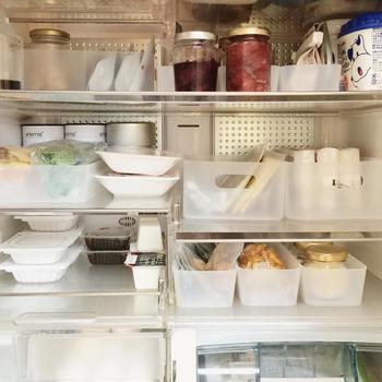あやこさんは毎朝、その日の三食分の献立を決めて、使う食材は冷蔵庫の中段左の箱にまとめておくそうです。作りおきの冷凍のおかずも一緒に入れておくと、自然解凍されて短時間で温めることができます。忙しい時に献立が決まっていないと慌ててしまいますが、あらかじめ1日のメニューが決まっていると気持ちに余裕が生まれますよね。他の食材も綺麗に整理整頓されていて、見た目も美しい冷蔵庫です。