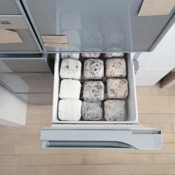 冷凍庫の小さな引き出しは、ご飯の保存スペースに活用されています。ご飯は大きさを整えて四角くすることで、スペースも無駄なく入り、冷凍の効率も良くなるそうです。冷凍ごはん一個分の量を決めておくと、栄養管理やカロリーの計算もしやすくなりますね。