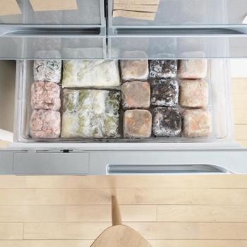 冷凍庫の浅いトレーに保存している常備菜。こちらもご飯と同様に、無印良品のPPケースで四角く型を取って冷凍しているそうです。PPケースがない時は豆腐の容器でも◎。形を揃えると見た目も綺麗に保存できるうえ、使う時にサッと取り出せて便利ですね。
