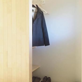 あやこさんのお家の玄関には、洋服を掛けられる収納スペースがあります。外と中のものを区別させるため、アウターは玄関で脱いで家の中には持ち込まないそうです。洗濯するまでは除菌スプレーをかけて休ませておきます。玄関に一時的に収納しておくことで、外からのホコリを部屋に持ち込まずに、お家の中を清潔に保つことができますね。