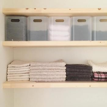 """お部屋の整理整頓に欠かせない「引き出し収納」。引き出しの中を有効活用するために、つい色々なものを詰め込みたくなりますよね。でも、あやこさんのお家では「ひとつの箱に一種類」だけを収納しているそうです。靴下や肌着などアイテムごとに分けて収納することで、引き出しの中が多少乱れても、お部屋自体はすっきりした状態をキープしやすくなります。ポイントは """"忙しくても、自分以外の人が片しても、いつも同じに片付く仕組み""""。誰が使っても「出す・しまう」をラクにできる仕組みを作っておくと、どんなに忙しくてもきちんと収納を維持できるそうです。"""